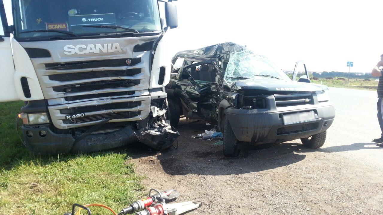 Под Уфой джип с 81-летним водителем не уступил грузовику Scania